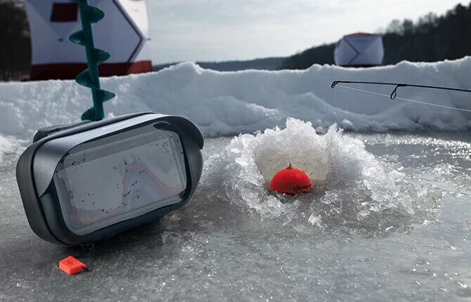 Телефон защищен и доступен для использования во время рыбалки на льду
